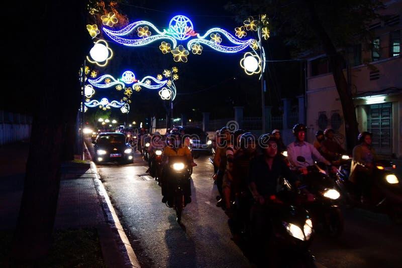Scooteurs et lumières pendant année lunaire de Tet la nouvelle image libre de droits