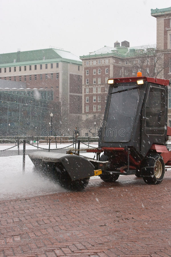 Scopare la neve fotografie stock libere da diritti