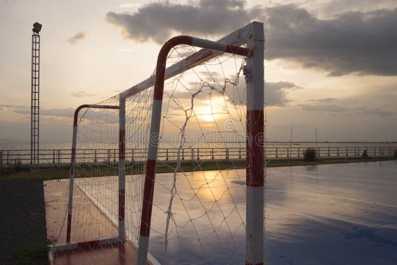 Scopo nella laguna futsal del bordo della corte a tempo di tramonto fotografie stock libere da diritti
