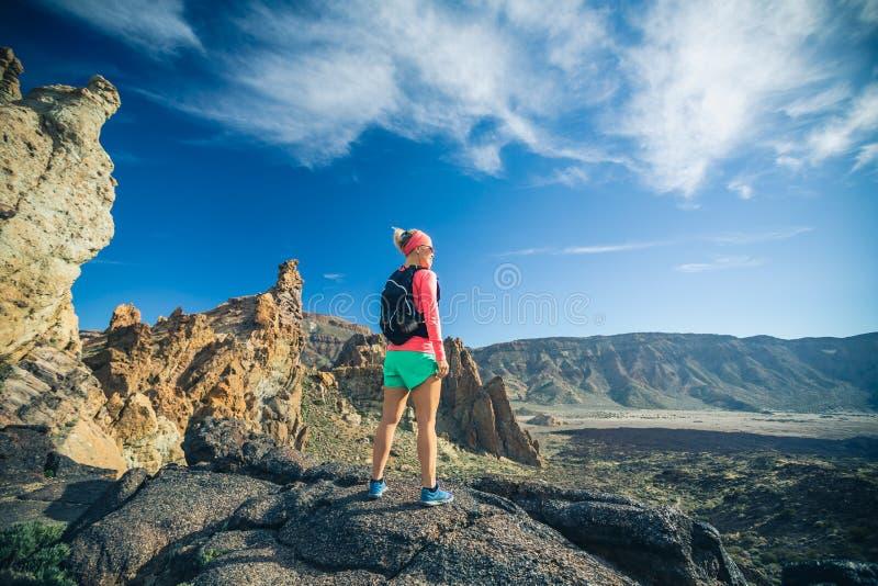 Scopo raggiunto di vita, ragazza che esamina paesaggio ispiratore immagine stock
