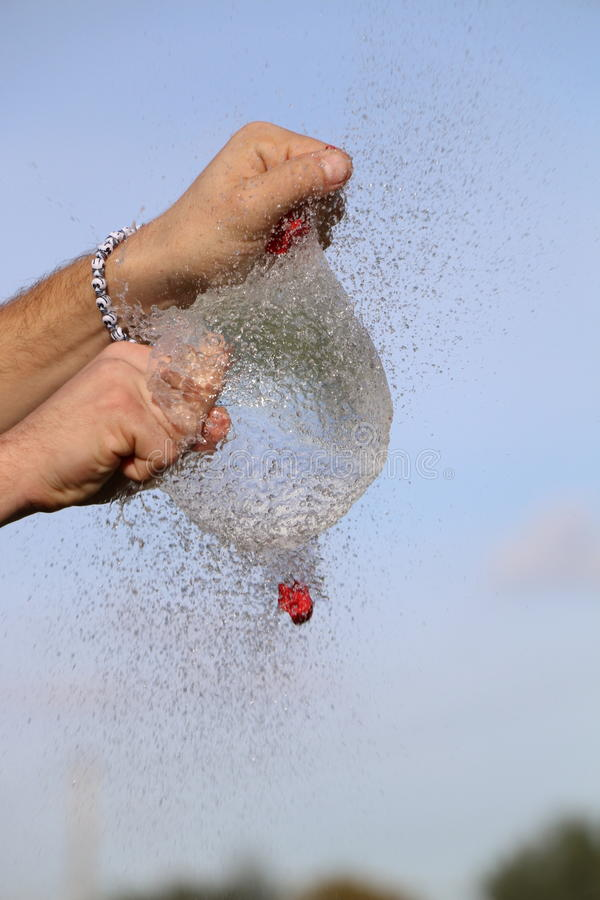 Scoppio del pallone di acqua fotografia stock