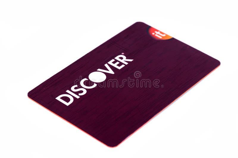 Scopra la fine della carta di credito su su fondo bianco Fuoco selettivo con profondità di campo bassa fotografia stock libera da diritti