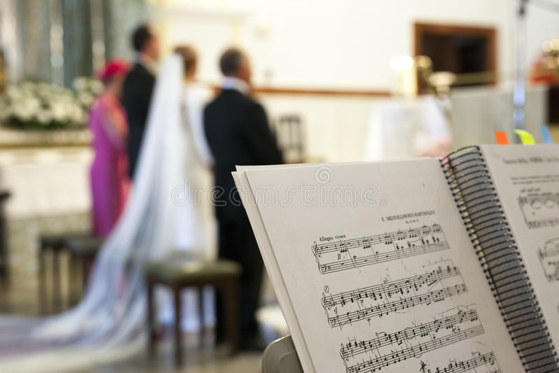 Score de musique au-dessus de support pendant la cérémonie de mariage dans une église image libre de droits