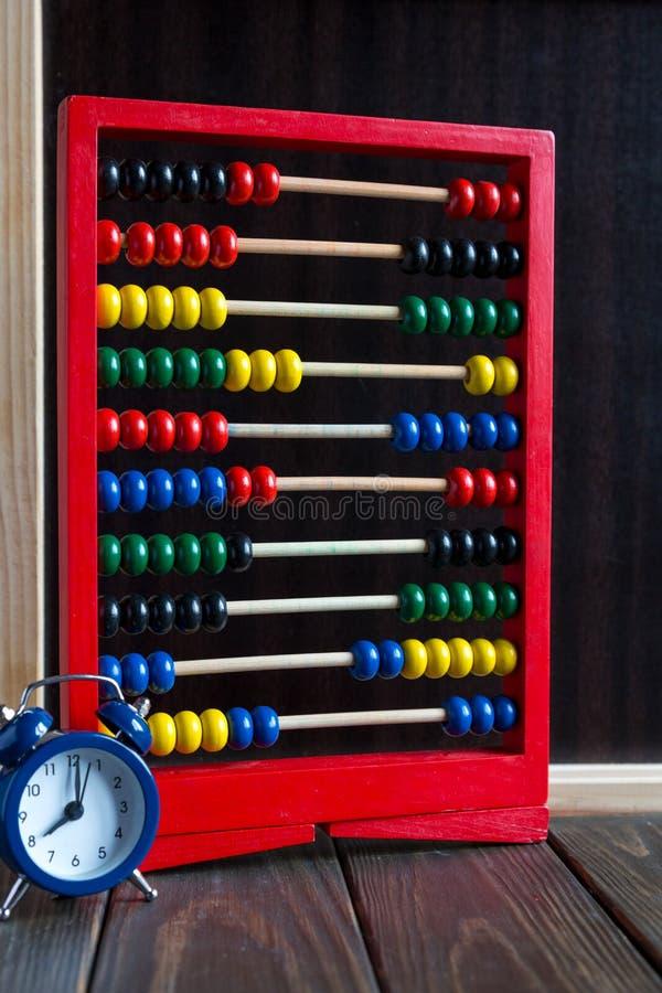 Scores, klok op de houten lijst dichtbij bord Studieconcept royalty-vrije stock foto's