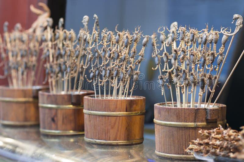Scorpioni fritti sui bastoni in via di Wangfujing, una strada dei negozi a Pechino, Cina fotografie stock