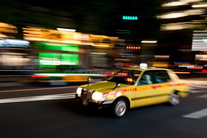 Scorrendo veloce attraverso Tokyo entro la notte fotografia stock libera da diritti