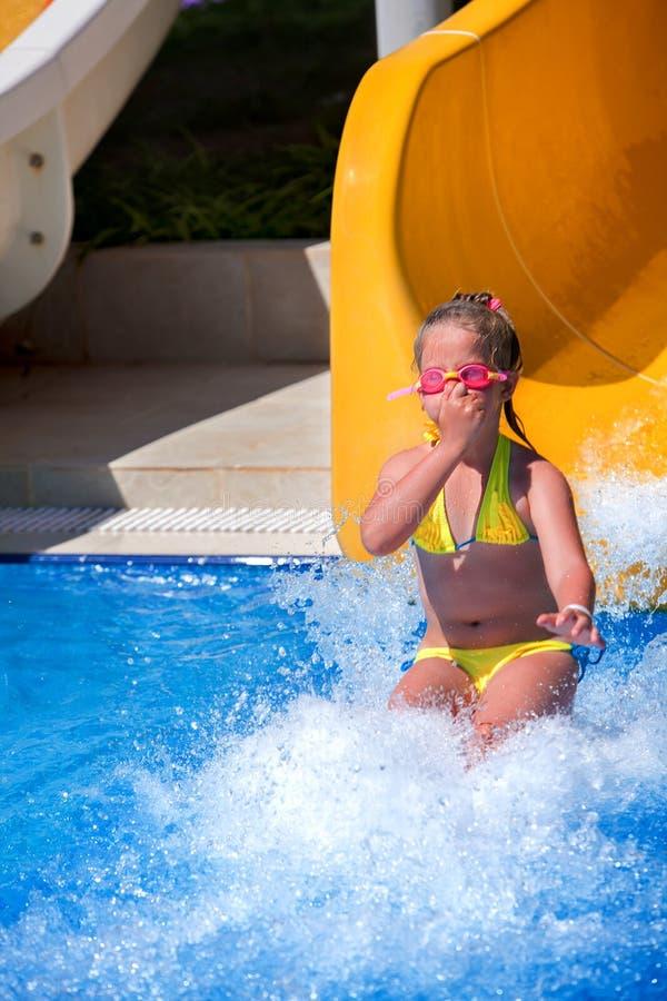 Scorrevole del naso di pizzico dei bambini a aquapark fotografie stock