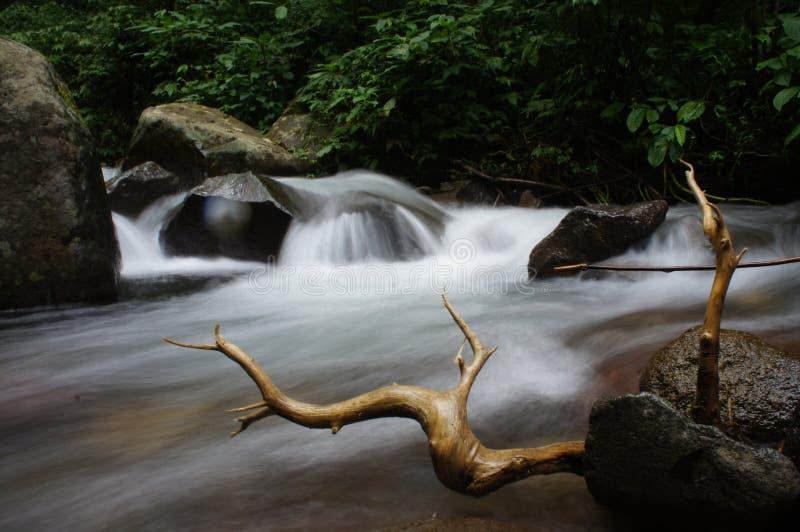 scorrimenti dell'acqua fino a molto fotografie stock