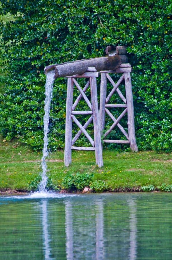 Scorrimenti dell'acqua freschi e puliti della molla a valle fotografia stock libera da diritti