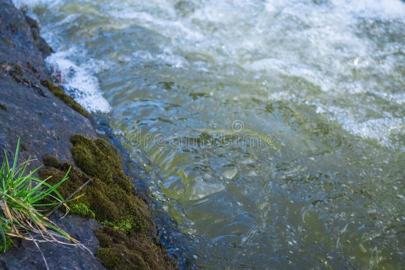 Scorrimento dell'acqua Acqua che circola sulla roccia Fiume della montagna fotografie stock