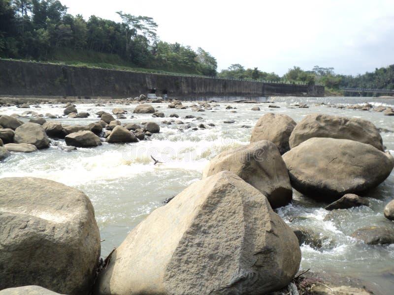 scorrimento dell'acqua e rocce del fiume immagine stock libera da diritti