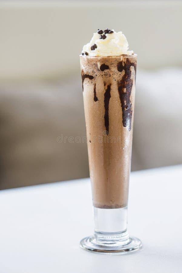Scossa del latte al cioccolato con panna montata fotografie stock libere da diritti