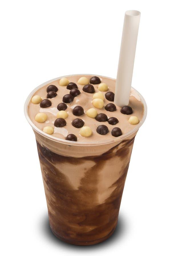 Scossa del latte al cioccolato isolata su fondo bianco fotografia stock libera da diritti