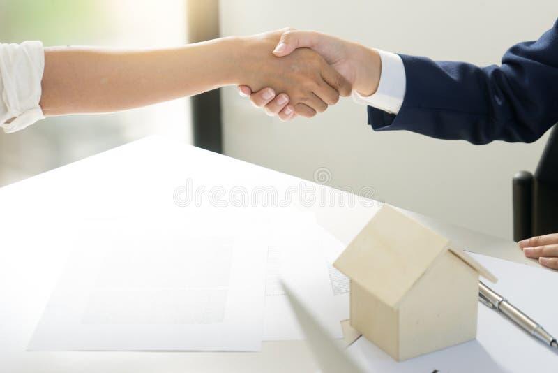 scossa della mano di affari per affitto della casa di accordo fotografia stock libera da diritti