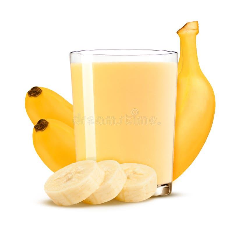 Scossa fresca della banana in un vetro e nei pezzi della banana isolati su fondo bianco fotografia stock libera da diritti