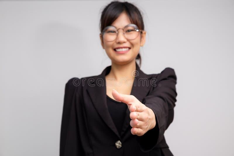 Scossa sorridente della mano di gesto delle donne di affari immagini stock libere da diritti