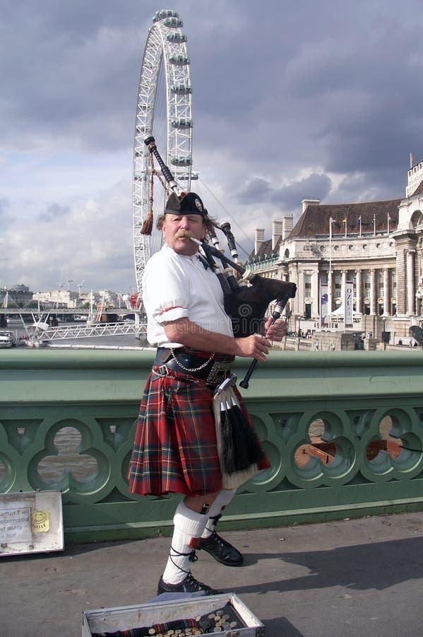 Scotsman avec des cornemuses images stock
