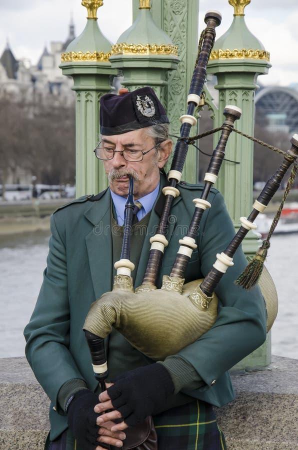 Scotsman, der die Dudelsäcke spielt stockfotos