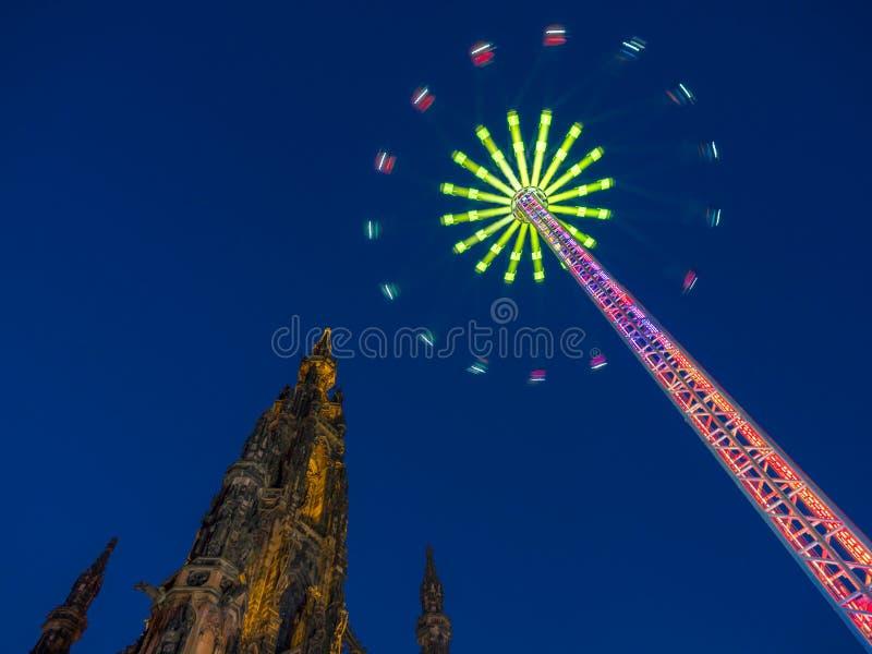 Scott Monument under Edinburgvinterfestival fotografering för bildbyråer