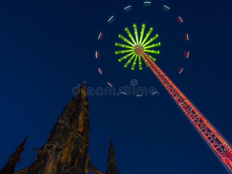 Scott Monument under Edinburgvinterfestival arkivbilder