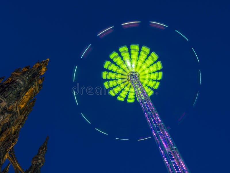 Scott Monument under Edinburgvinterfestival royaltyfri fotografi