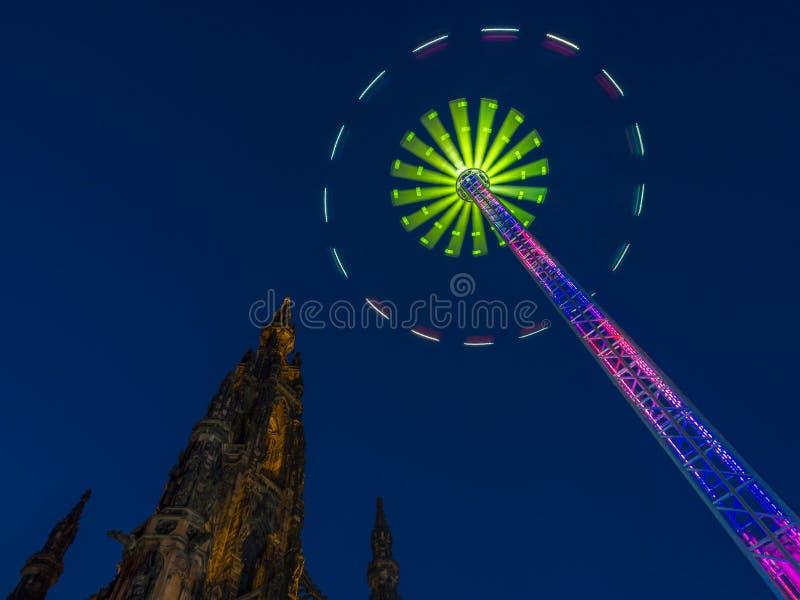 Scott Monument under Edinburgvinterfestival arkivbild