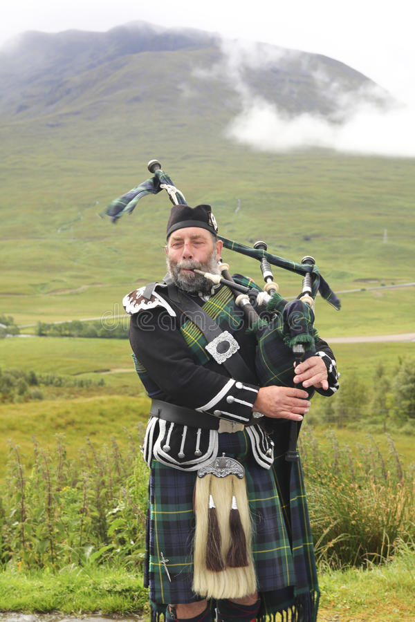 Download Scottish bagpiper editorial photo. Image of nature, musical - 21075821