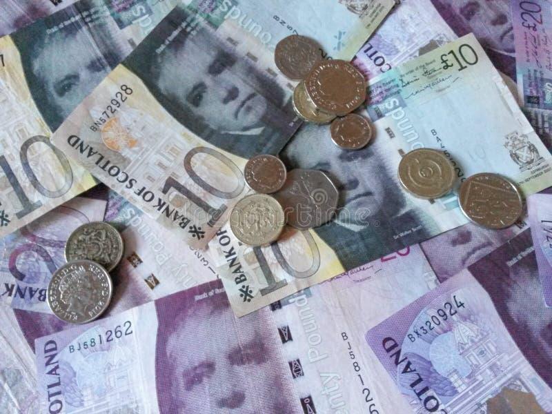 Scottish-Pfundbanknoten und -münzen stockbilder