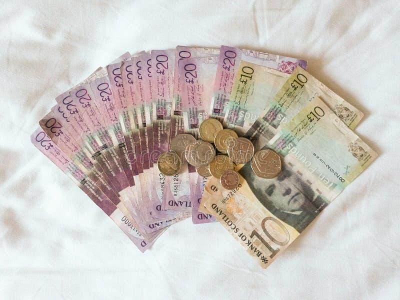 Scottish-Pfundbanknoten und -münzen lizenzfreies stockbild