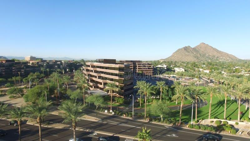 Scottsdale, Αριζόνα, ΗΠΑ - εναέριος πυροβολισμός Scottsdale με τους φοίνικες, το βουνό και το μπλε ουρανό στοκ φωτογραφίες