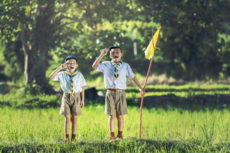 Scout de garçon faisant un serment photo libre de droits