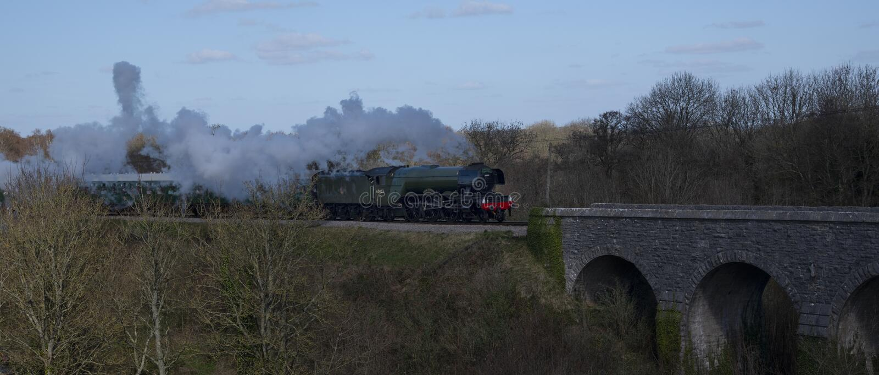 Scozzese e treno volanti al castello di Corfe fotografie stock
