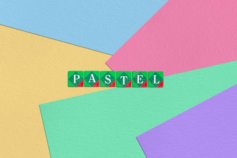 Scrabble pisze list pisownia pastel na kolorowym papierowym tle royalty ilustracja
