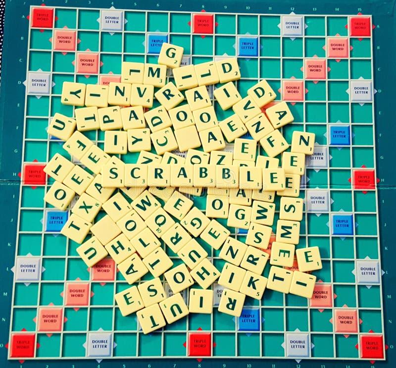Scrabble-Spaß mit Alphabeten lizenzfreies stockfoto