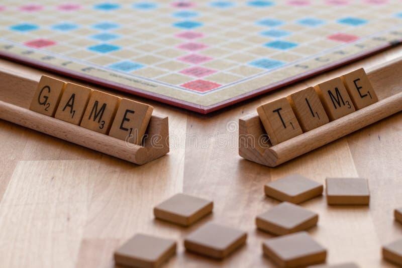 Scrabblebrädeleken med trevar tegelplattapass 'leken Tid ', fotografering för bildbyråer