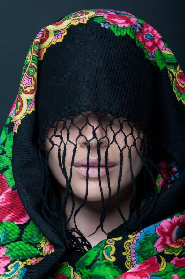 Scraf de port de modèle femelle de beauté avec des franges photo libre de droits