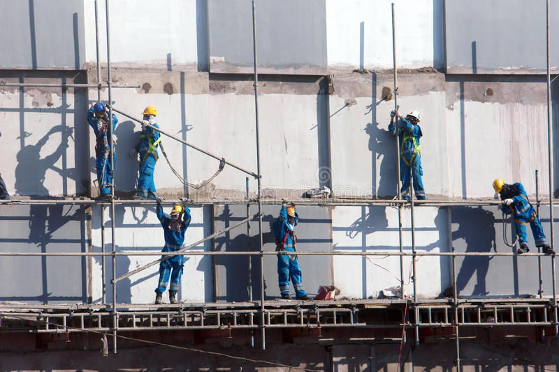 Scraffold asiatique de travailleur de la construction, chantier image libre de droits