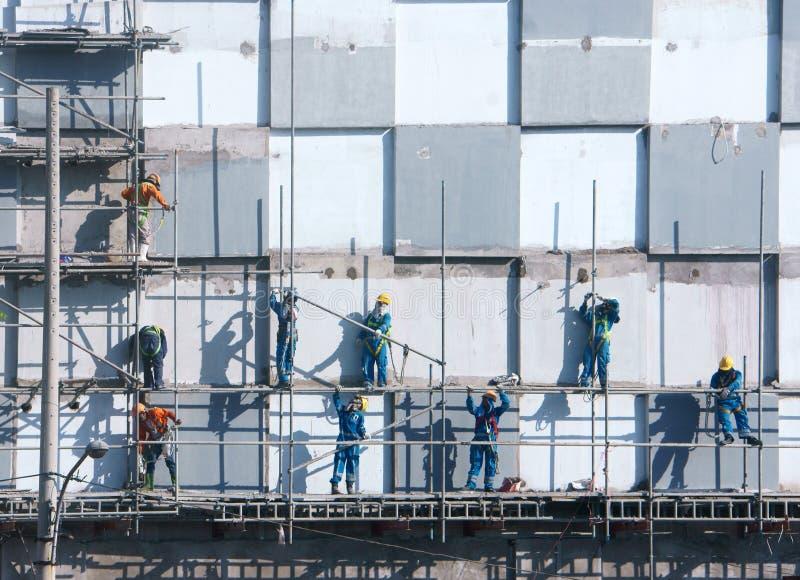 Scraffold asiatique de travailleur de la construction, chantier images stock