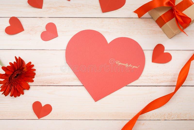 Scrapbook дня валентинок, свадьба или другая предпосылка украшений праздника Сердце создаваясь, отрезать И наклеить Handmade пода стоковые изображения