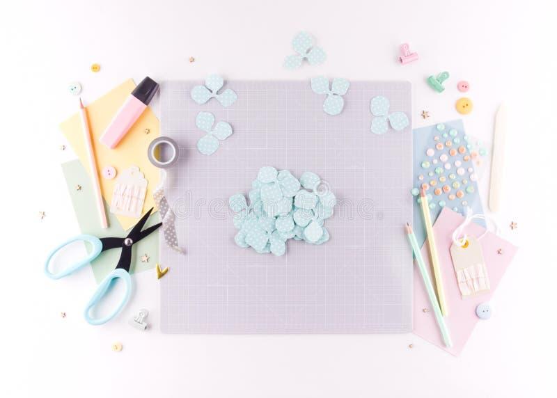 Scrapbooking mästarklass DIY Gör en vårdekor för inre - den blom- kransen som göras av papper Ensam fryst tree Hobby för kvinna`  arkivfoto