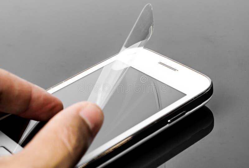 Scratchprooffilm op smartphone royalty-vrije stock afbeeldingen