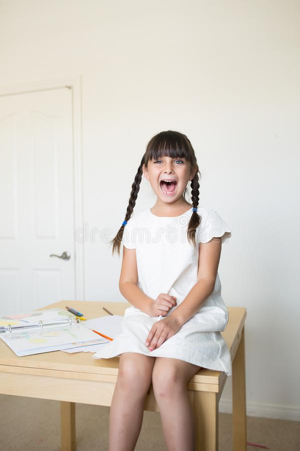screaming девушки счастливый стоковые изображения rf
