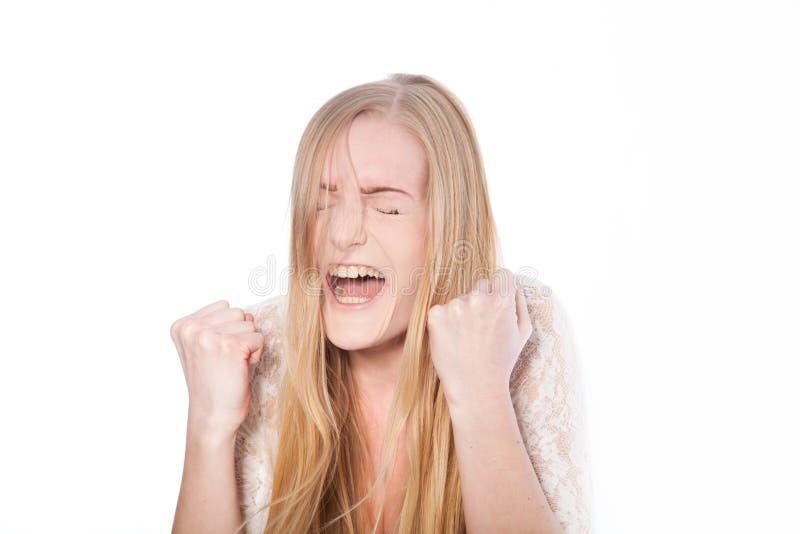 Screaming modelo femenino con los ojos cerrados fotografía de archivo libre de regalías