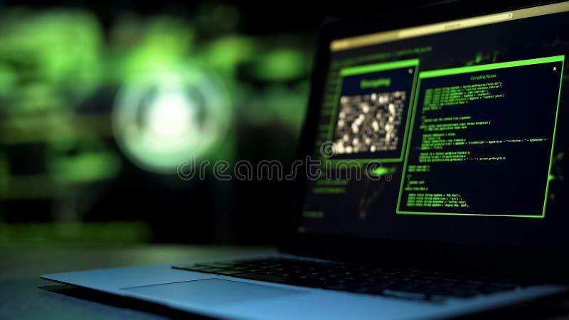 Scritti di programmazione sul monitor del computer portatile, incisione a distanza non autorizzata del server fotografia stock libera da diritti