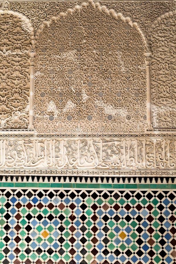 Scritto arabo sulle pareti di Bou Inania Madarsa in Fes, Marocco immagine stock libera da diritti