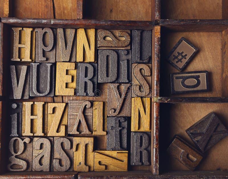 Scritto tipografico composto di legno nell'ordine casuale immagini stock