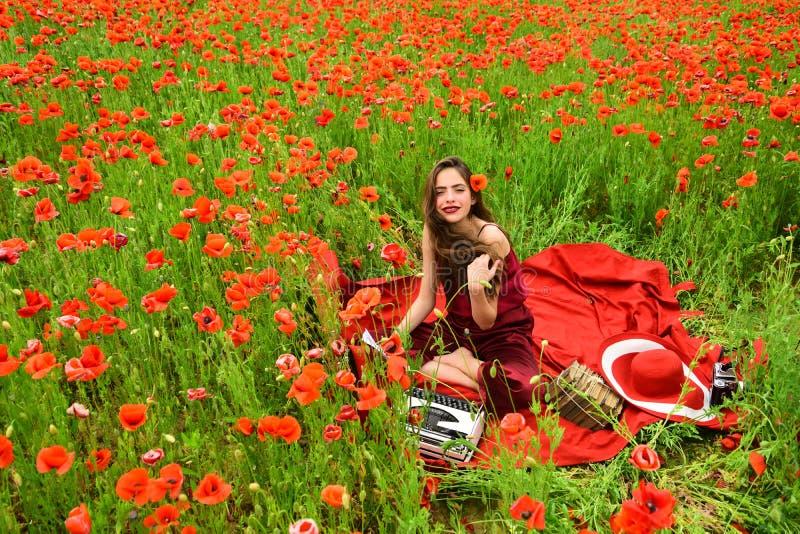Scrittore della donna nel giacimento di fiore del papavero fotografie stock libere da diritti