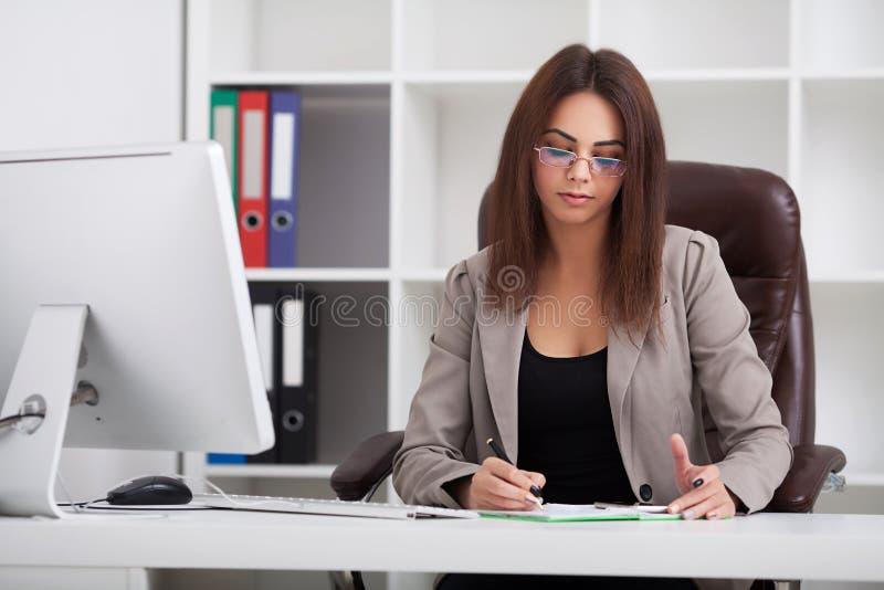 Scrittore esecutivo a del lavoratore di bella giovane finanza adulta di affari immagine stock