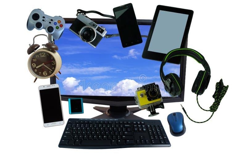 Scrittorio con gli aggeggi o le attrezzature elettroniche per uso quotidiano, il desktop pc del computer, i telefoni cellulari, l fotografia stock