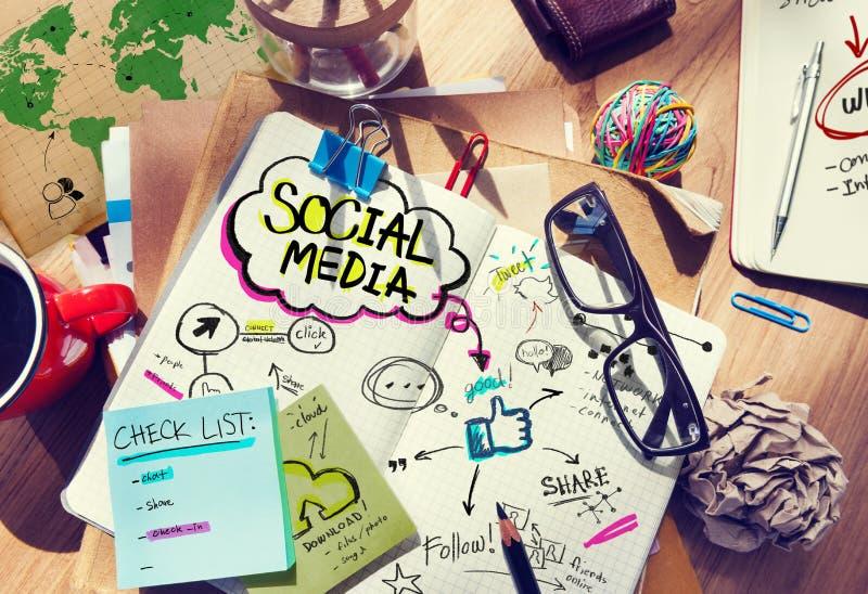 Scrittorio con i media ed il concetto sociali del collegamento fotografia stock libera da diritti